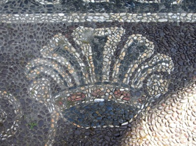 corona mosaico ciottoli