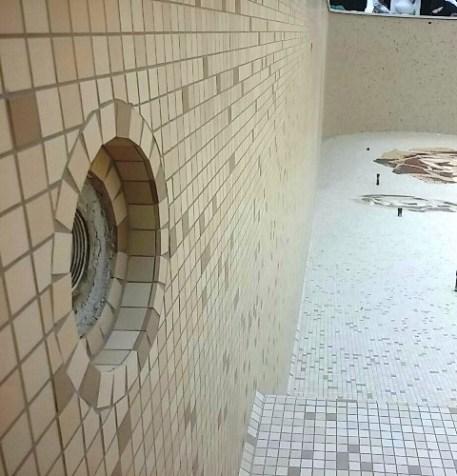 corone di mosaico in piscina
