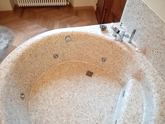 una vasca costruita in muratura, con dimensioni e forma assolutamente ...