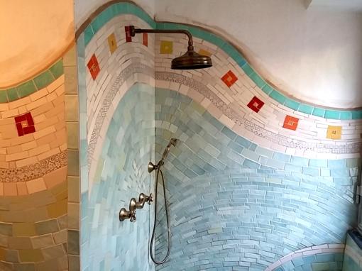 doccia di mosaico di piastrelle